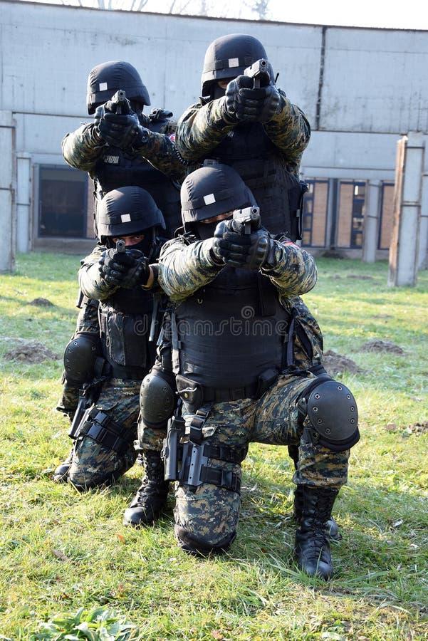 Servische Gendarmerieexploitanten stock afbeeldingen