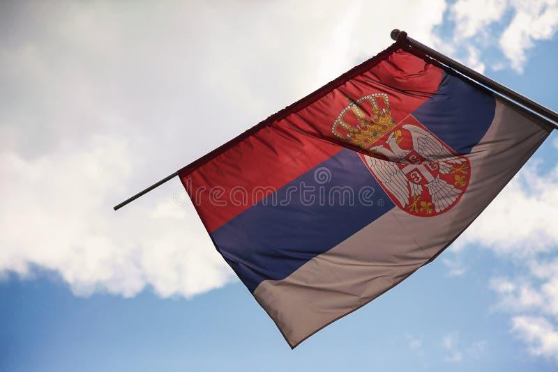Servische Vlag en Hemel stock afbeeldingen