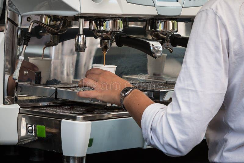 Servitris Preparing Espresso Coffee i restaurang royaltyfria foton