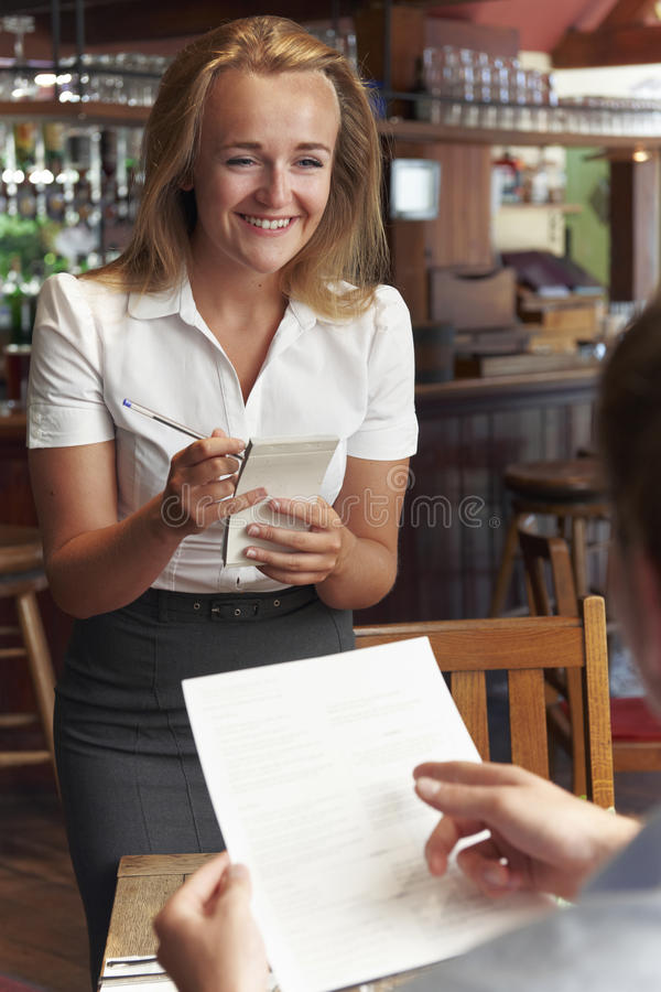 ServitrisIn Restaurant Taking beställning från kund royaltyfri bild