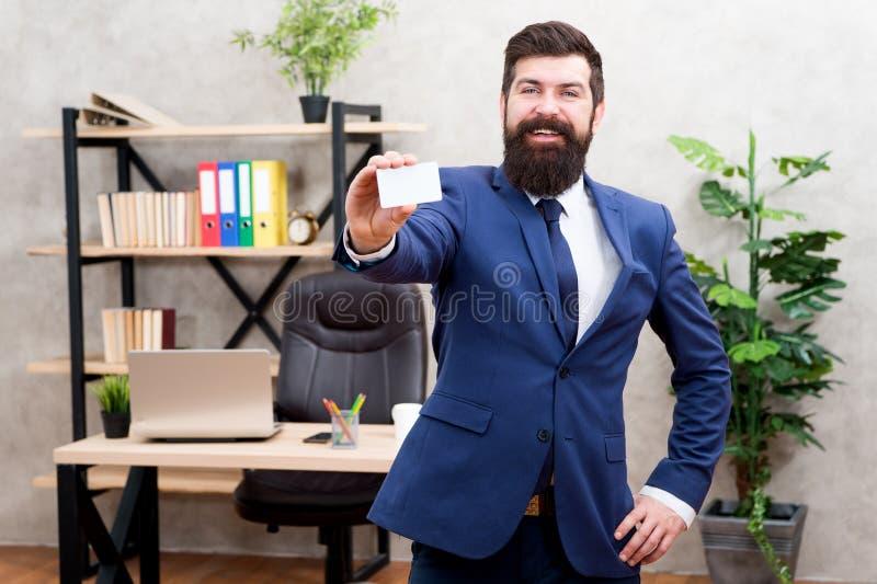 Servizi bancari Supporto convenzionale del vestito del tipo in ufficio Carta in bianco della tenuta dell'uomo d'affari Pagamento  immagini stock