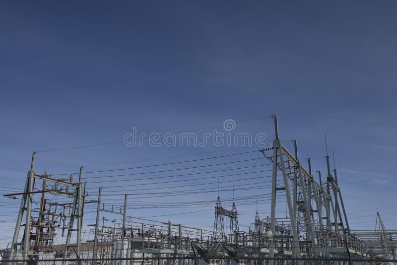 Servizi di pubblica utilità, infrastruttura elettrica di griglia, costruzione metallica ad alta tensione della sottostazione fotografia stock