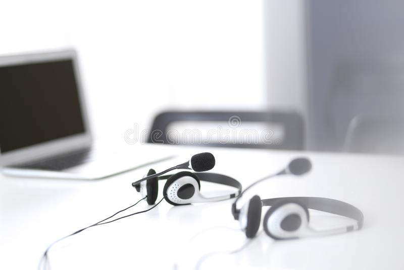 Servizio d'assistenza del supporto di comunicazione, della call center e di servizio di assistenza al cliente all'ufficio vuoto s fotografia stock libera da diritti