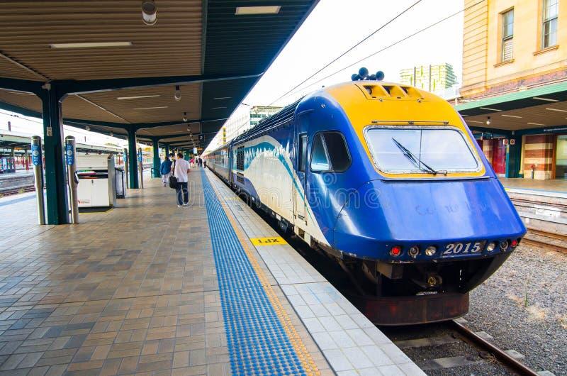 Servizio dei treni regionale nel binario alla stazione ferroviaria centrale fotografie stock