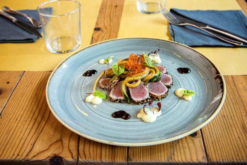 Servizio del raccordo gastronomico del tonno in un ristorante fotografie stock libere da diritti