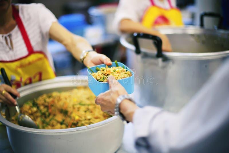 Servizio dell'affamato senza tetto e povero immagine stock libera da diritti