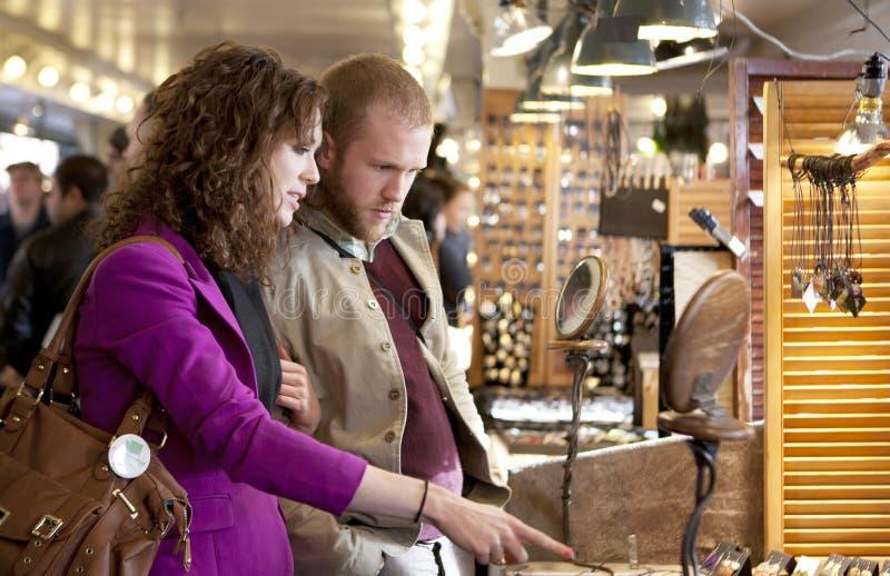 Servizio dell'interno d'esplorazione e d'acquisto delle giovani coppie. immagine stock libera da diritti