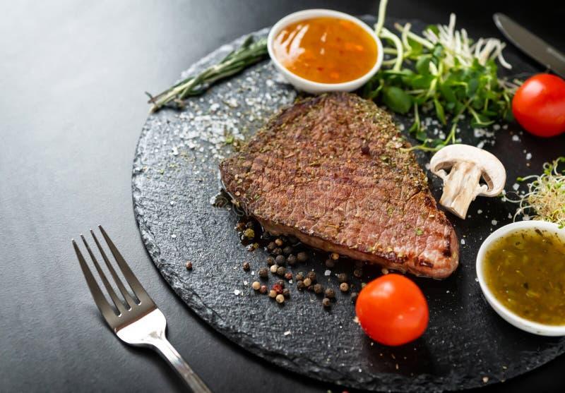 Servizio della bistecca di manzo arrostita magra tenera immagini stock libere da diritti