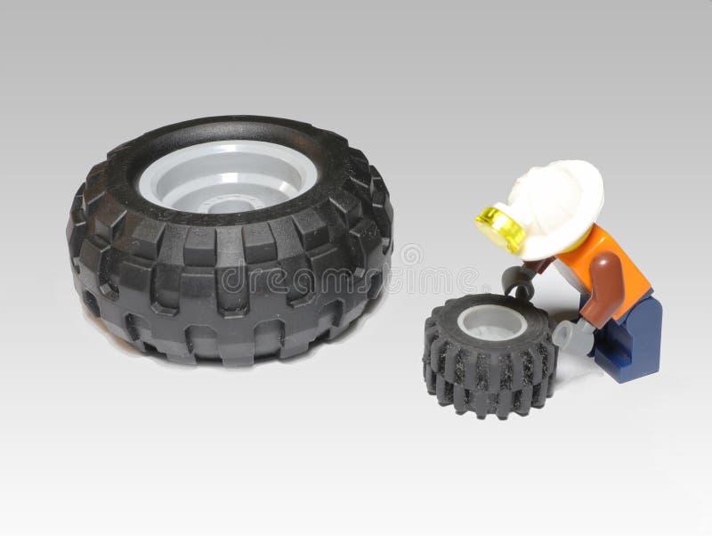 Servizio della gomma La composizione delle figure LEGO fotografie stock