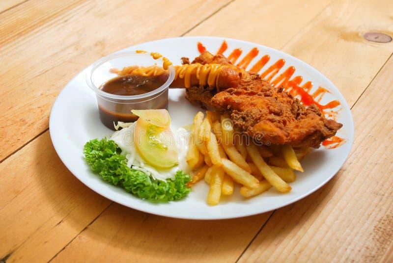 Servizio della tempura del pollo sul piatto immagini stock libere da diritti