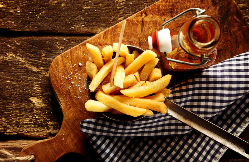 Servizio delle patatine fritte fritte nel grasso bollente immagine stock libera da diritti
