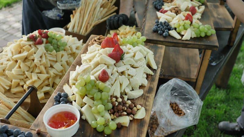 Servizio di approvvigionamento Cheddar organico naturale e sano assortito Gauda Parmesan e bacche e dadi della frutta per fotografia stock libera da diritti