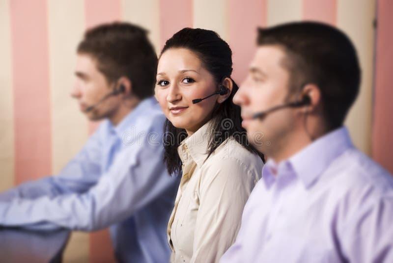 Servizio di assistenza al cliente piacevole della donna e la sua squadra immagini stock