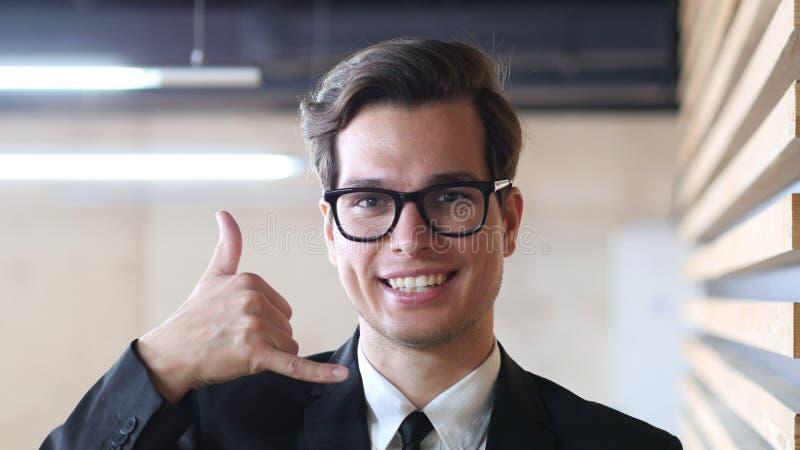 Servizio di assistenza al cliente, uomo d'affari Gesture della chiamata immagini stock