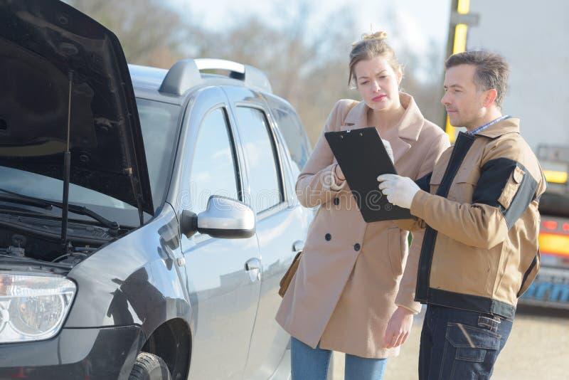 Servizio di assistenza dell'automobile con il cliente all'aperto immagine stock