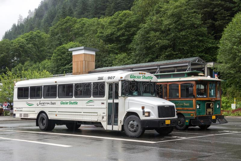 Servizio di autobus del ghiacciaio dell'Alaska disposto al parcheggio del terminale di crociera, Juneau immagine stock