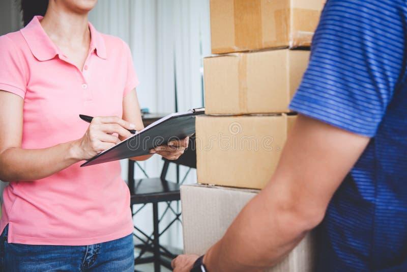 Servizio di consegna a domicilio e lavorare con la mente di servizio, cliente della donna che firma e che riceve un pacchetto del immagini stock libere da diritti