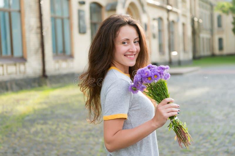 Servizio di consegna fiori Adore fiori freschi Farmacia Fioritura di primavera Concetto di bellezza naturale Fiore delicato per immagine stock