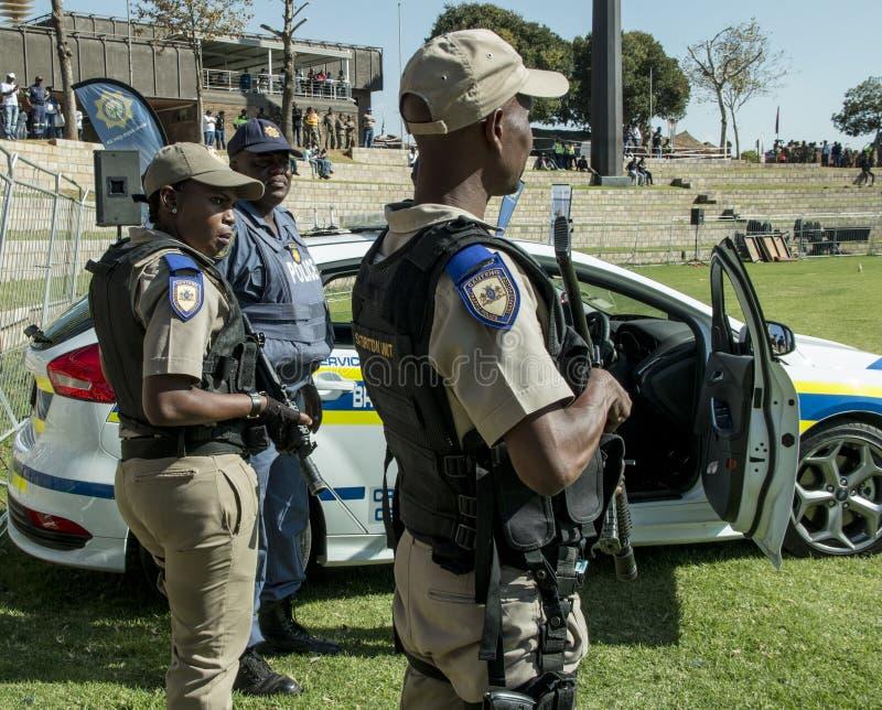 Servizio di polizia sudafricano - poliziotti con i fucili fotografie stock