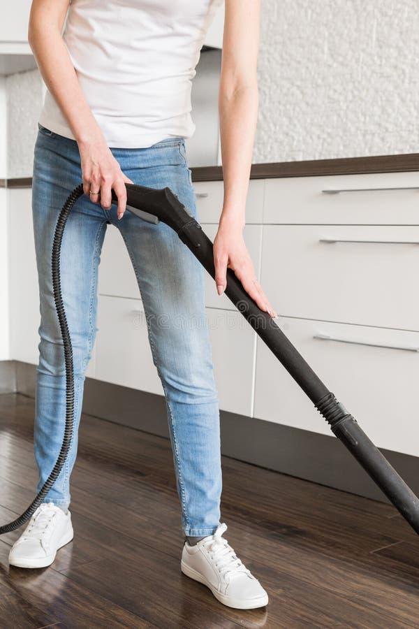 Servizio di pulizia domestico professionale La donna lava il pavimento con una zazzera del vapore fotografia stock libera da diritti