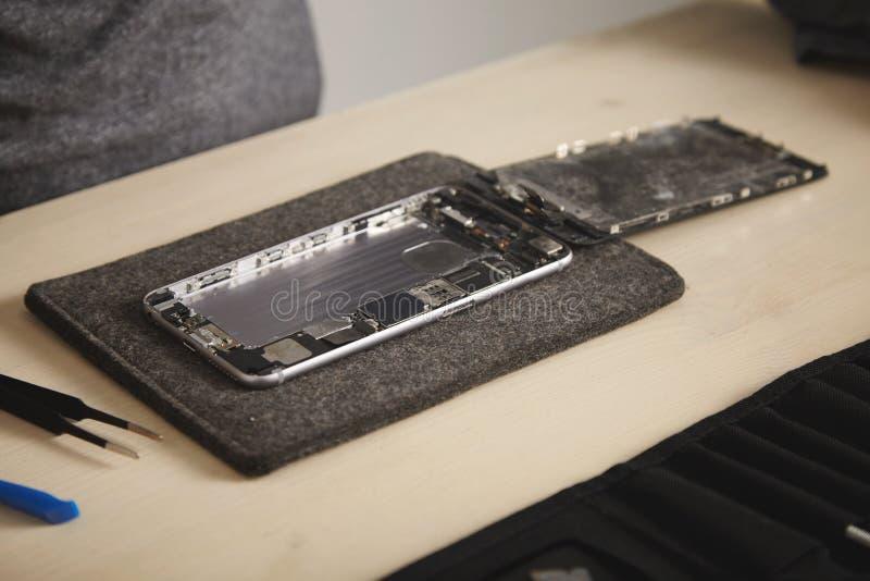Servizio di repairment del telefono e del computer fotografie stock