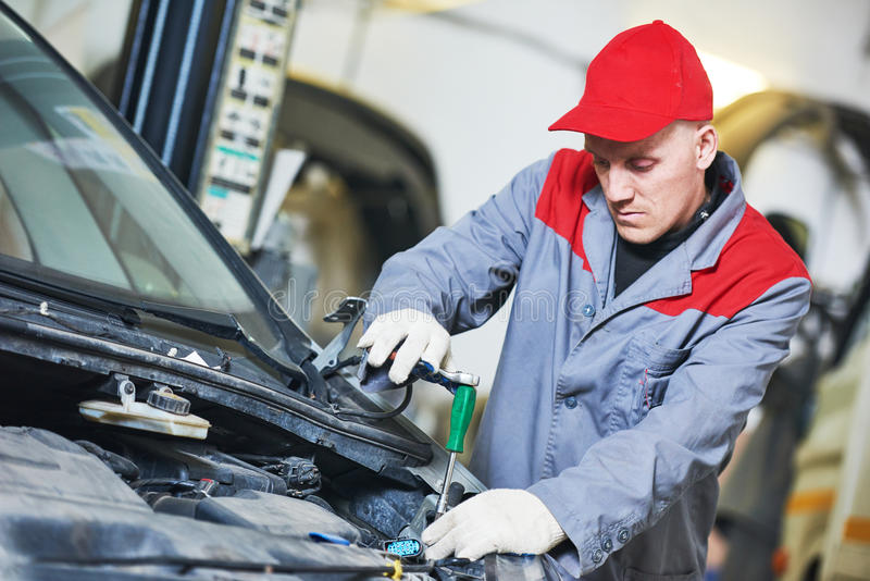 Servizio di riparazione automatica Il meccanico lavora con la chiave immagine stock libera da diritti