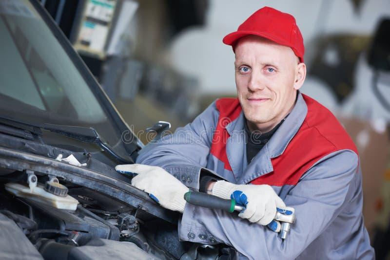 Servizio di riparazione automatica Ritratto del lavoratore del meccanico con la chiave fotografia stock