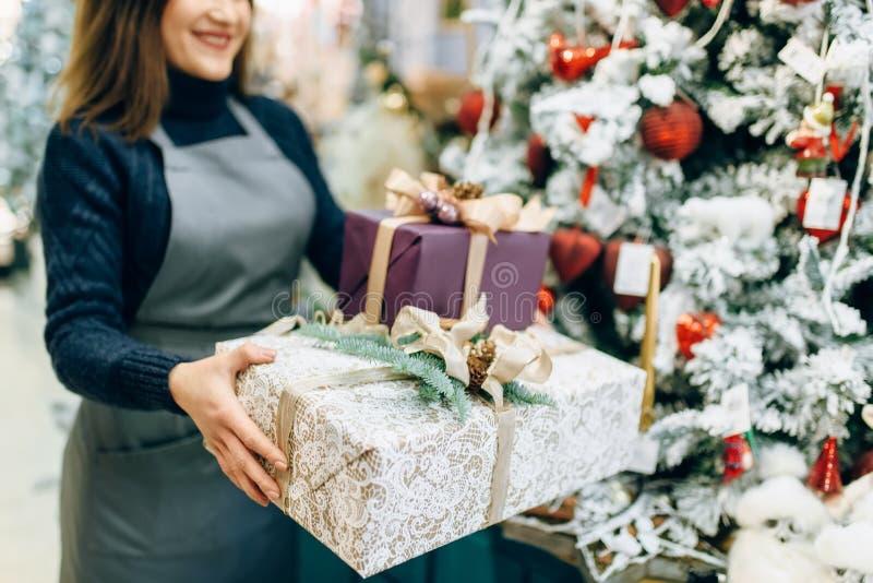 Servizio di spostamento di regalo, decorazione fatta a mano fotografie stock libere da diritti