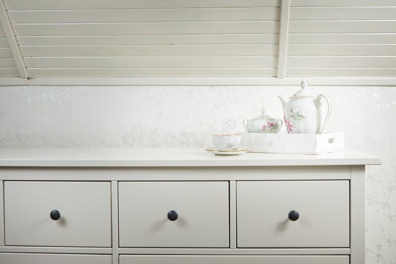 Servizio di tè bianco del cassettone bianco pronto per usare Inizi una mattina con la tazza di tè o di caffè immagini stock libere da diritti