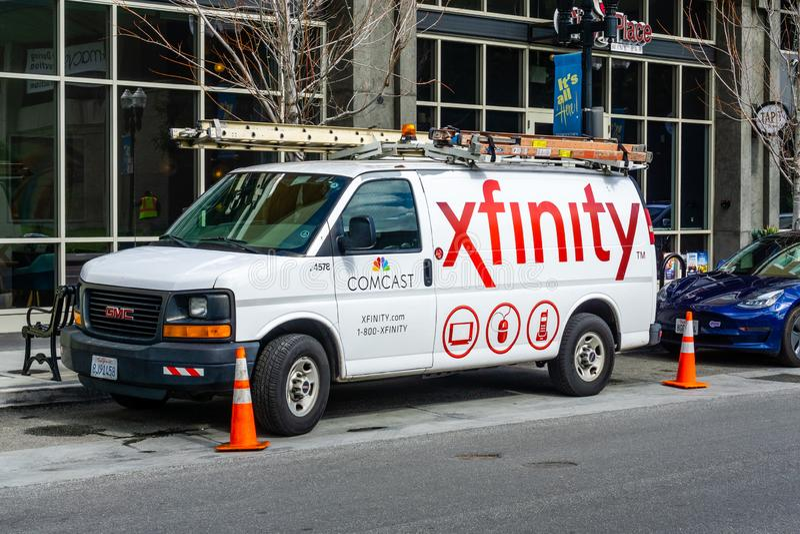 Servizio 28 febbraio 2019 Sunnyvale/CA/U.S.A. - di Comcast del cavo/Xfinity parcheggiato dal lato di una via Comcast è il più gra fotografia stock libera da diritti