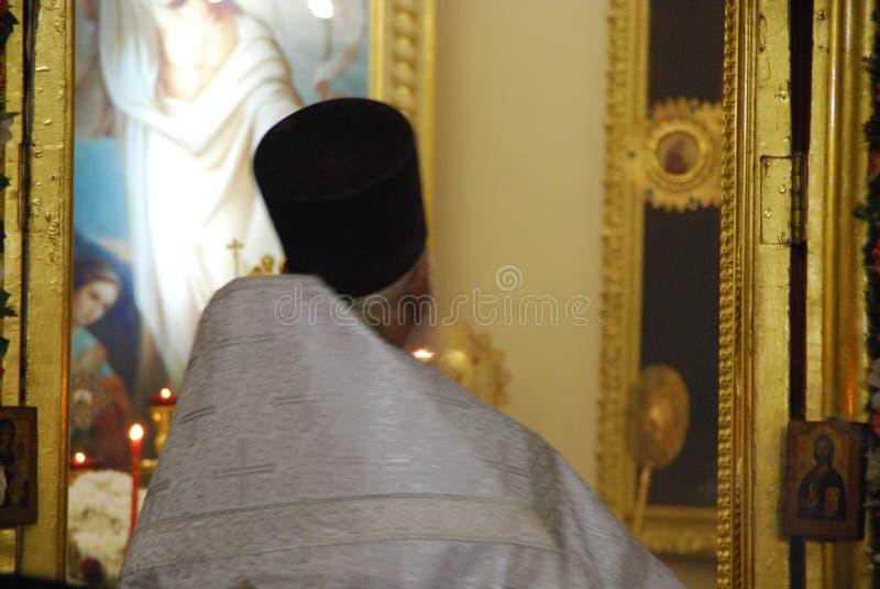 Servizio nella chiesa ortodossa Preghiera priest immagini stock libere da diritti