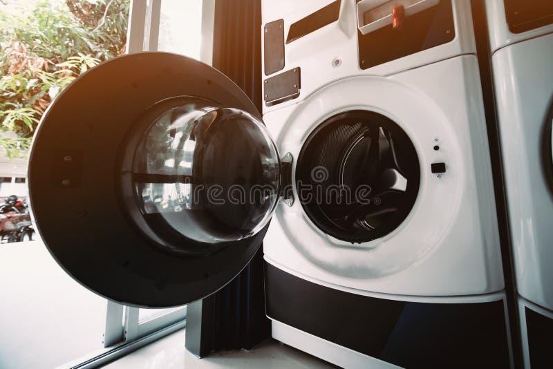 Servizio pubblico della lavatrice nella città fotografie stock
