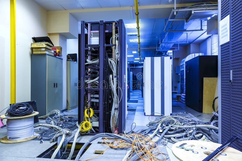 Serweru pokój z stojakami w datacenter i interneta problemu powoduje nieładem drutowanie obrazy stock