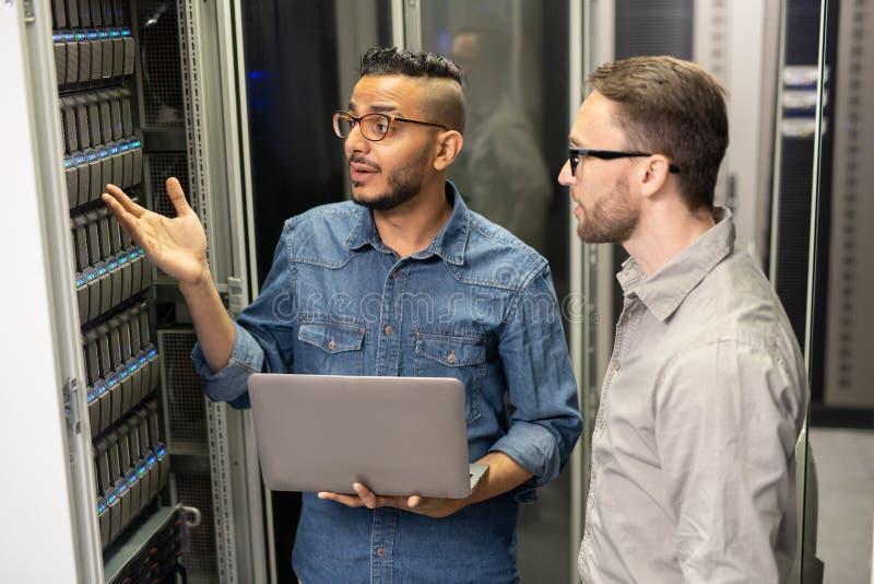 Serweru poparcia specjali?ci dyskutuje problem superkomputer zdjęcie stock