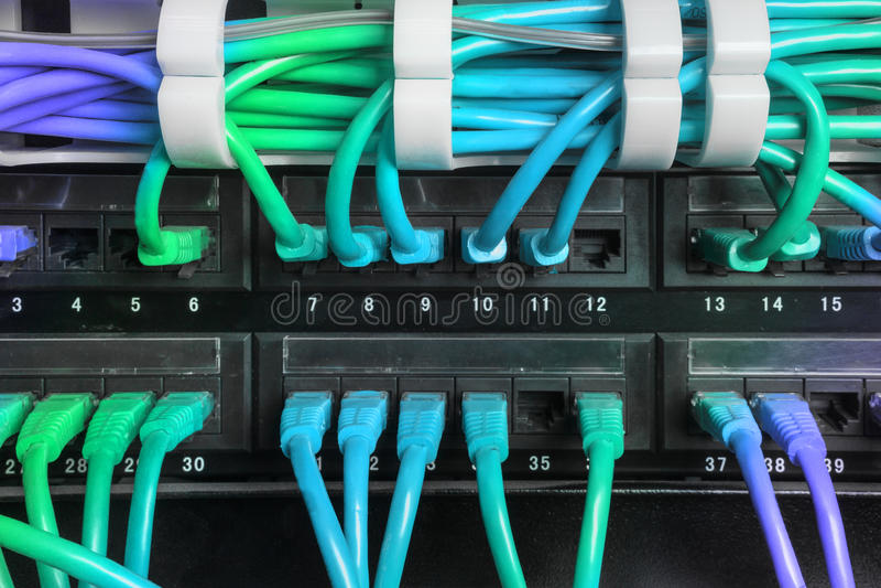 Serweru stojak z błękitnym internet łaty sznurem depeszuje zdjęcie royalty free