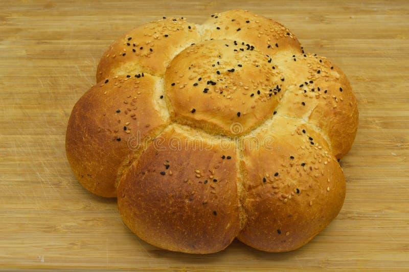 Sesam en zwart zaad op vers gebakken heet brood stock fotografie