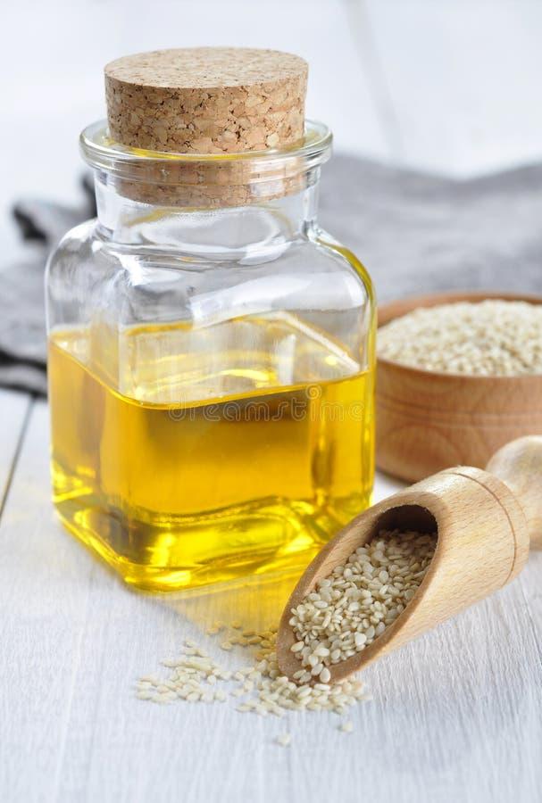 Sesamfrö och olja royaltyfria foton