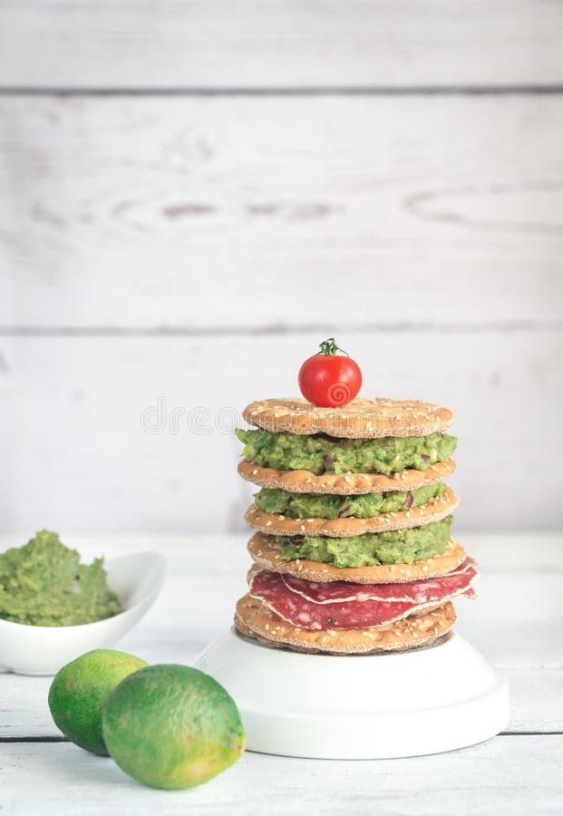 Sesamknäckebröd med guacamole och den rökte korven arkivfoton