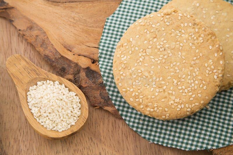 Sesamsmällare och frö - Sesamumindicum arkivfoto