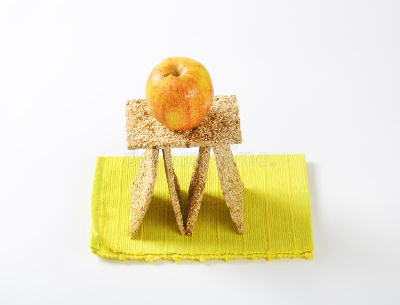 Sesamzaadknäckebrood en appel stock foto's