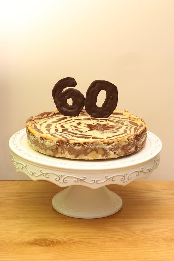 Sesenta chocolates y pastel de queso del cumpleaños foto de archivo