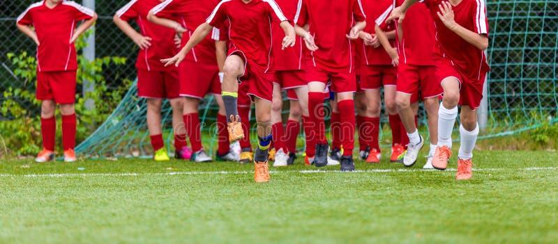 Sesión de formación del grupo del fútbol de la juventud El estirar - ejercicios de la flexibilidad para los jugadores de fútbol d imagenes de archivo