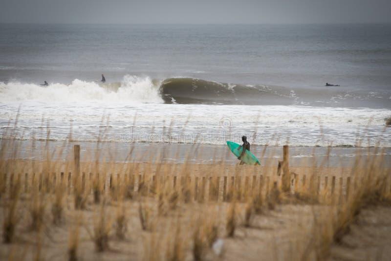 Sesión de la resaca del invierno en la playa NY de Rockaway imagenes de archivo