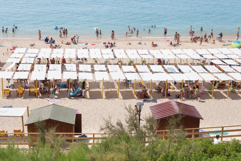 Sesimbra拥挤海滩在Lissabon附近的 免版税库存照片