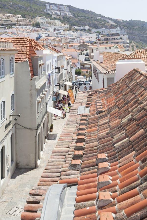 Sesimbra bysikter från taket under blå himmel i vår arkivfoto
