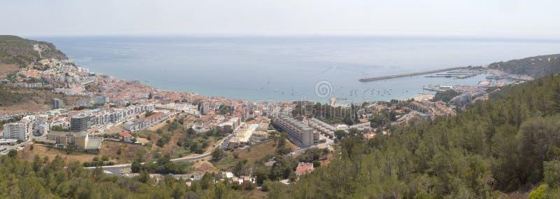 Sesimbra panorama i hi upplösning Fantastisk sikt från slotten royaltyfria bilder