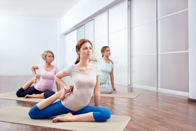 Sesiones de la yoga del grupo imagen de archivo libre de regalías