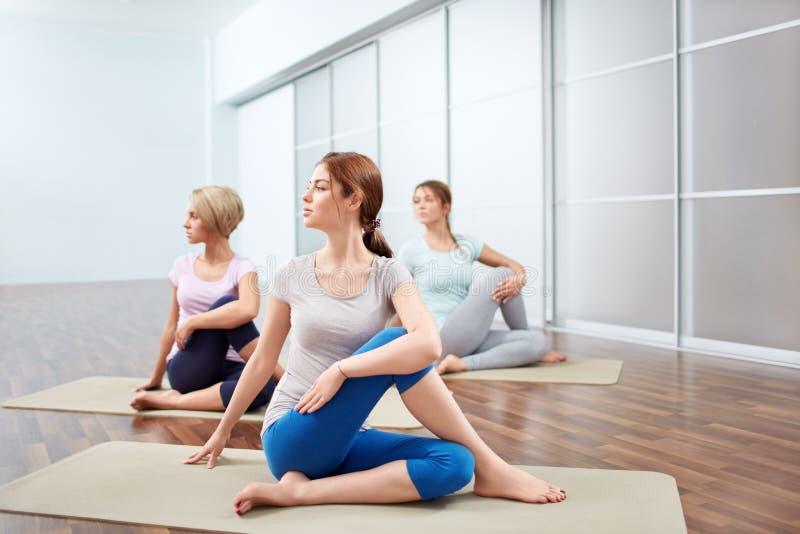 Sesiones de la yoga del grupo fotos de archivo