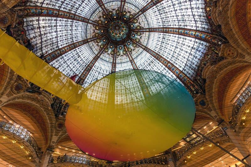 Sessão da ioga sob a abóbada de Galeries Lafayette em Paris imagens de stock royalty free