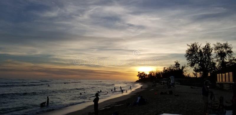 Sessão da ressaca do por do sol em Ohau Havaí fotografia de stock